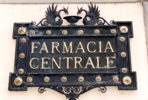 Lucca farmacia sign